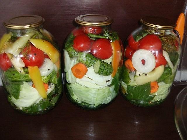рецепт ассорти огурцы и помидоры и капуста на зиму