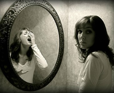 Resultado de imagen para Eisoptrofobia pánico al  verse reflejado en los espejos