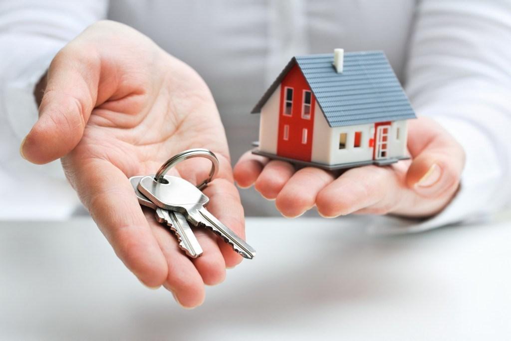 Надо ли платить налог на дарственную квартиру