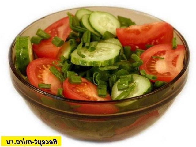 Салат из огурцов помидоров лука и зелени