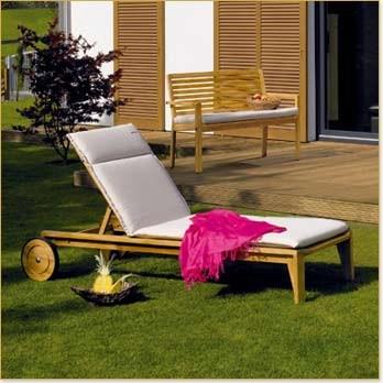darf man sich im eigenen garten komplett nackt sonnen auch wenn die nachbar einen sehen k nnen. Black Bedroom Furniture Sets. Home Design Ideas