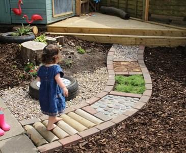 Cr er dans votre jardin un chemin sensoriel pour veiller les sens de vos petits de mani re - Faire un chemin dans son jardin ...