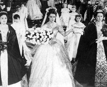 ddbfbf6578 Ciekawostka  Suknia ślubna Cesarzowej Sissi została uszyta z biało-różowej  satyny haftowanej złotą i srebrną nicią.Chciałybyście włożyć taką suknię  choć na ...
