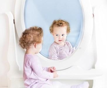 Beneficios de mirarse al espejo en ni os toluna for Espejo reposacabezas bebe