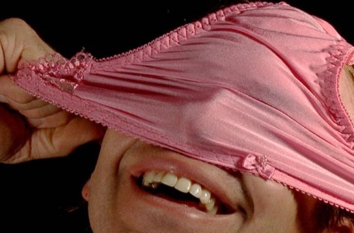 Фото девушек нюхающих свои трусы, смотреть видео русские девушки примеряют одежду в примерочной где камера