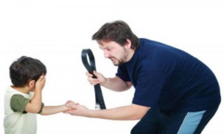 Смотреть мама и папа бьют дочку ремнем, Мама отшлепала дочку по юной попке 12 фотография