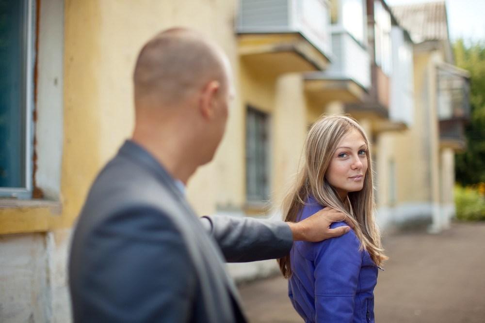 девушки на улице пристают к парням